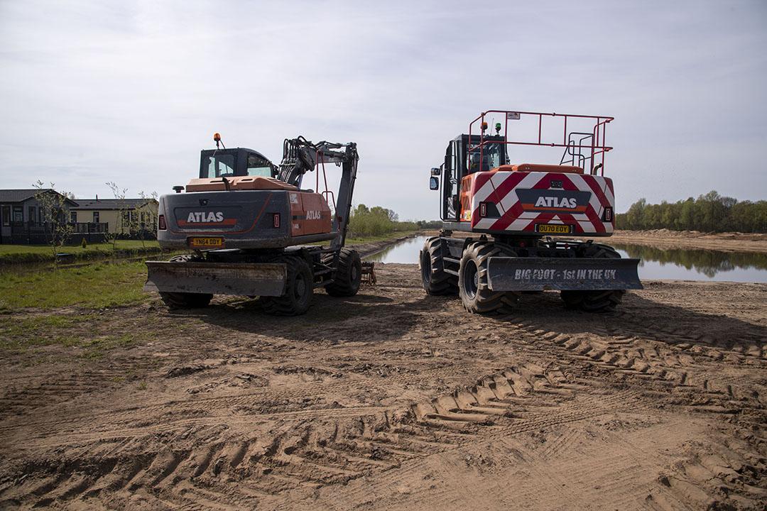 Atlas 140W and Atlas 140W bigfoot wheeled excavators side by side
